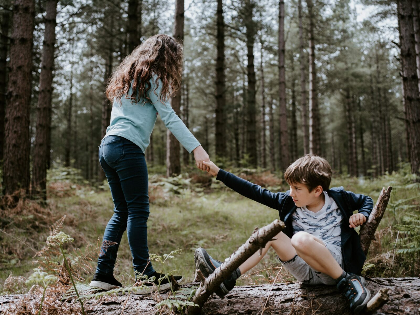 Kind helpt ander kind. Basismanieren voor kinderen